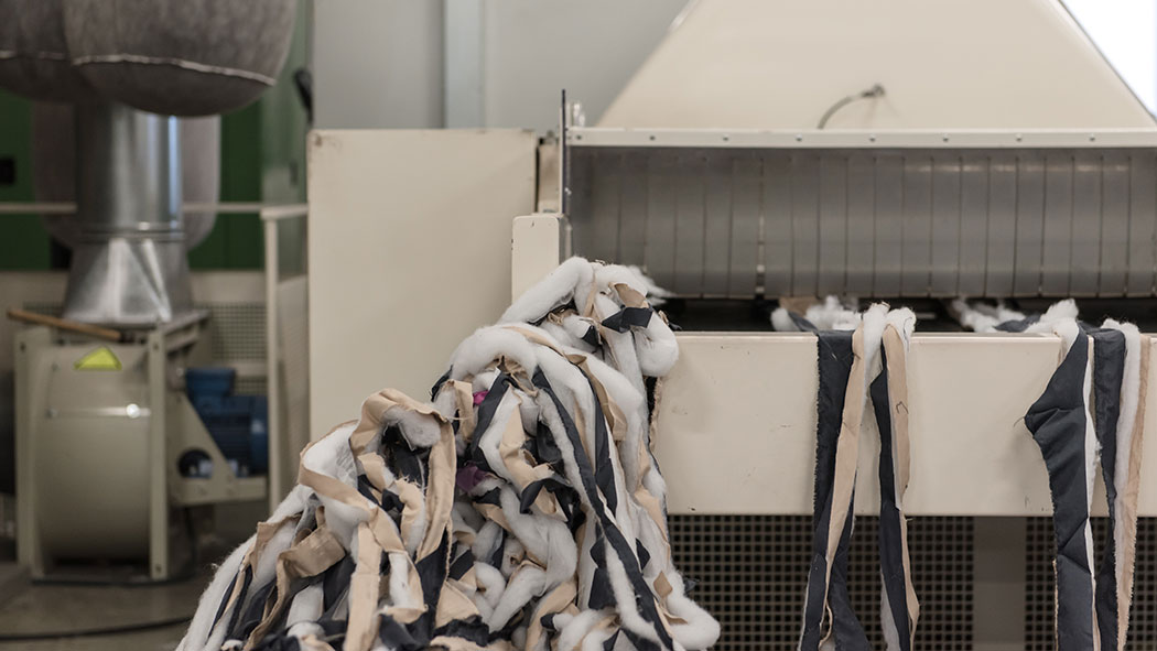 defibering machine for quilted selvedges recuperation and recovery as fiberfill